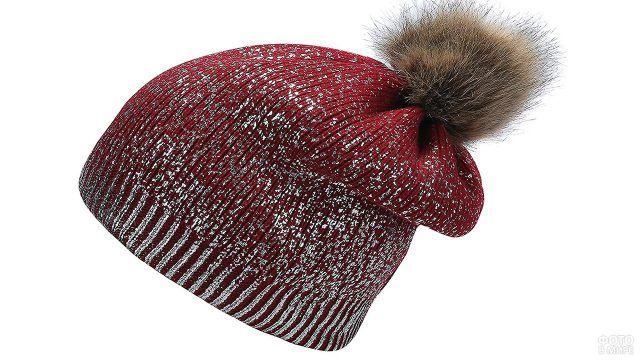 Бордовая шапка с нарисованным серебристым инеем и меховым пампоном