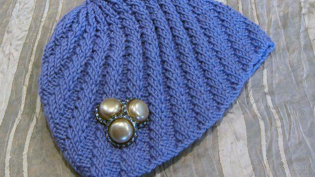 Декорирование брошью простой вязаной шапки