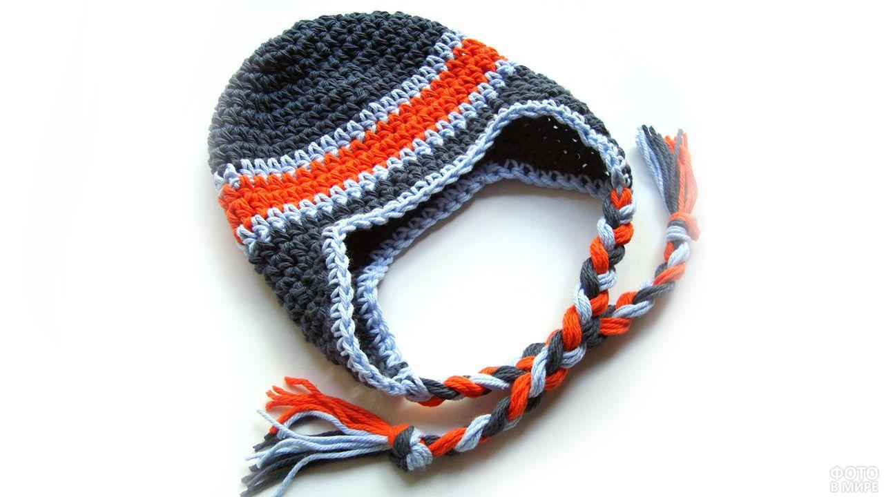 Детская шапка с красной полосой и завязками-косичками домашней вязки
