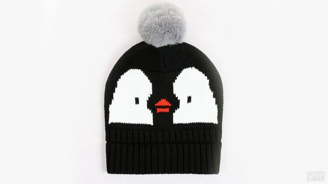 Детская шапочка-пингвин с серым помпоном
