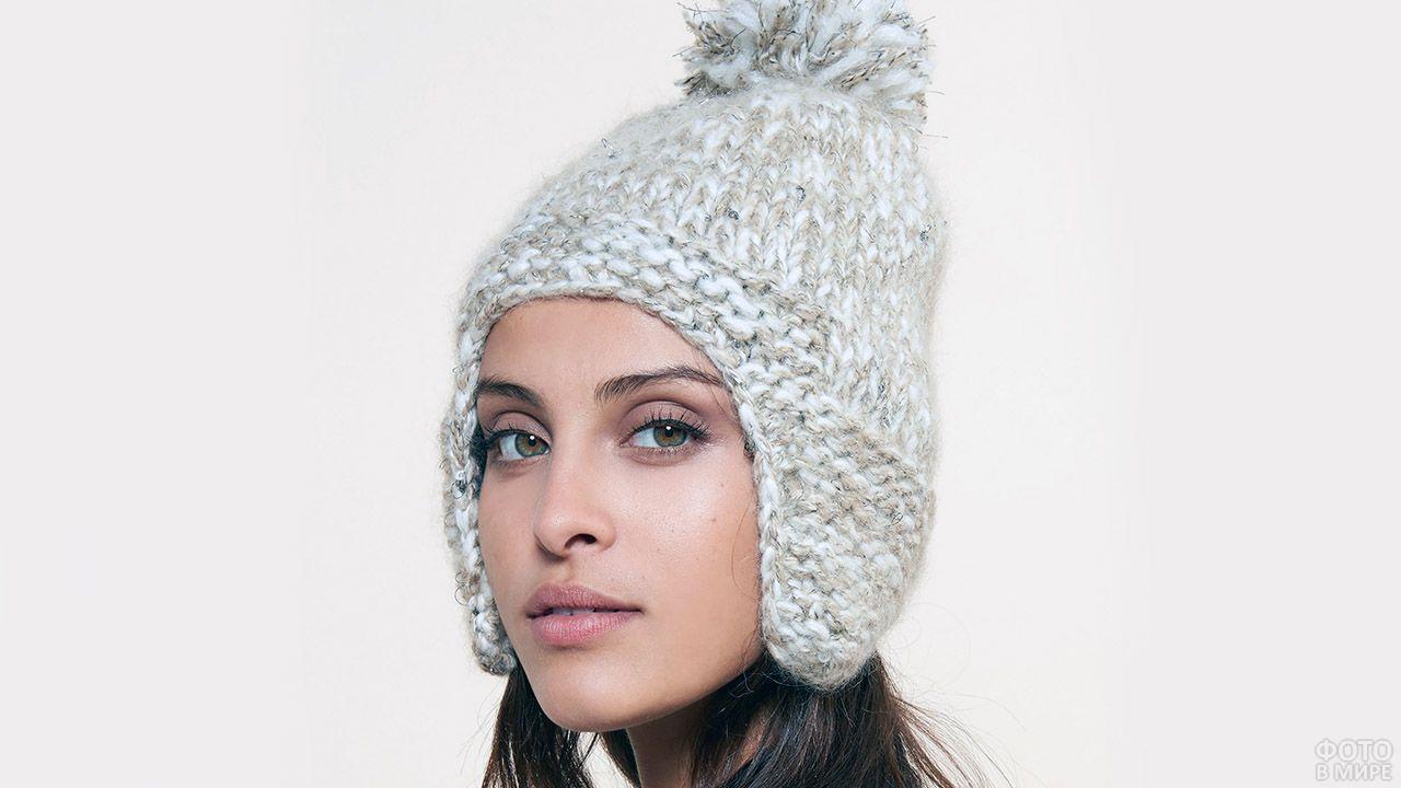 Девушка в алтайской вязаной шапке с ушками цвета меланж
