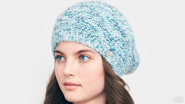 Девушка в меланжированном голубом вязаном берете