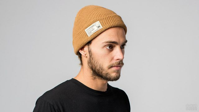Юноша в шапке-бини горчичного цвета