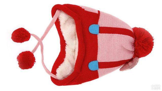 Красная шапочка с помпоном на искусственном белом меху