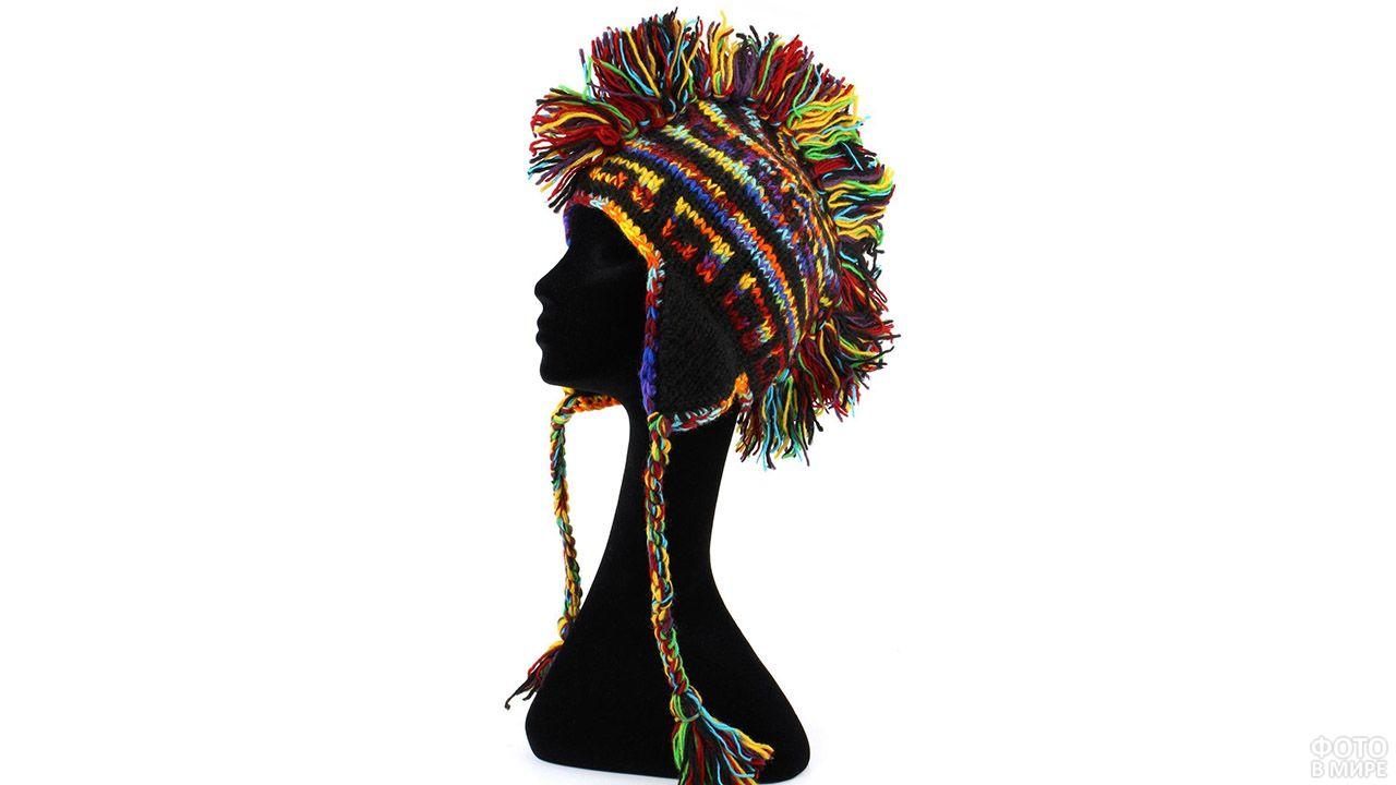 Креативная пёстрая шапка с ирокезом из ниток и завязками-косичками