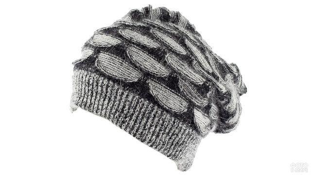 Мохеровая серая шапка с геометричным рисунком