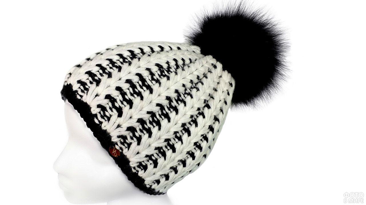 Нарядная чёрно-белая шапка с пампоном из натурального меха