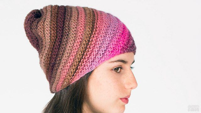 Оригинальная полосатая шапка из разноцветных ниток связаная на спицах