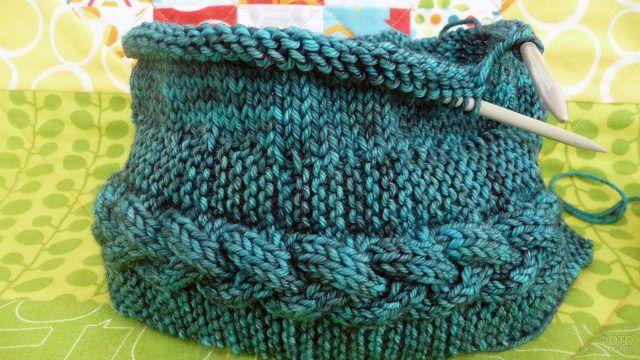 Процесс вязания зимней шапки спицами