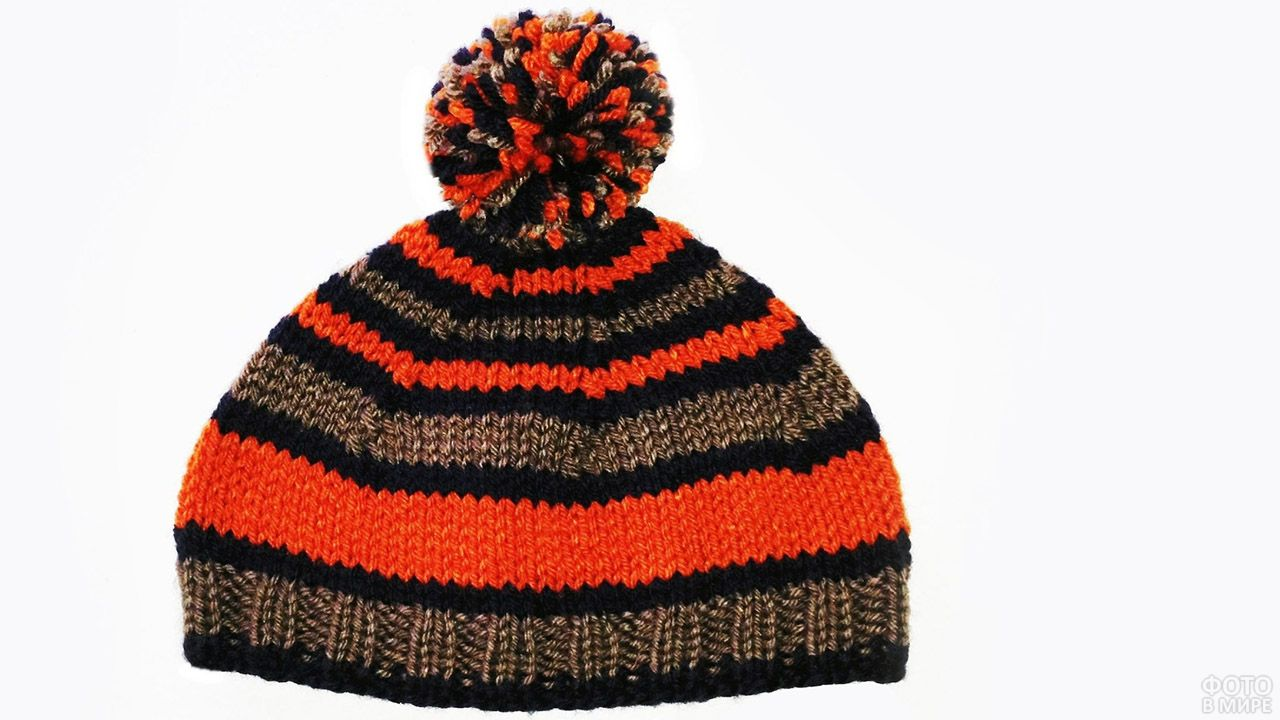 Шапка домашней вязки с яркими оранжевыми полосками и пёстрым помпоном