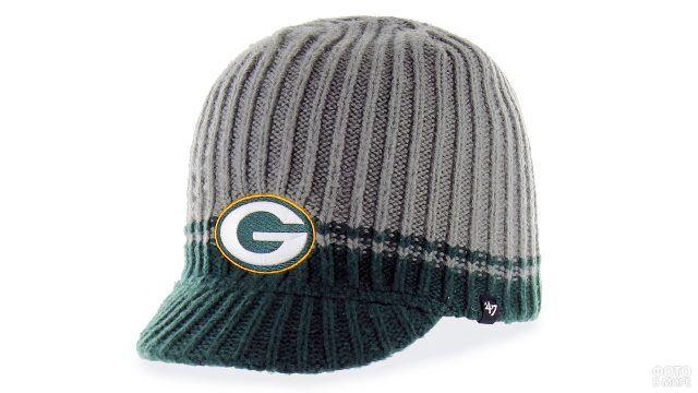 Вязаная шапка с козырьком в зелёной гамме