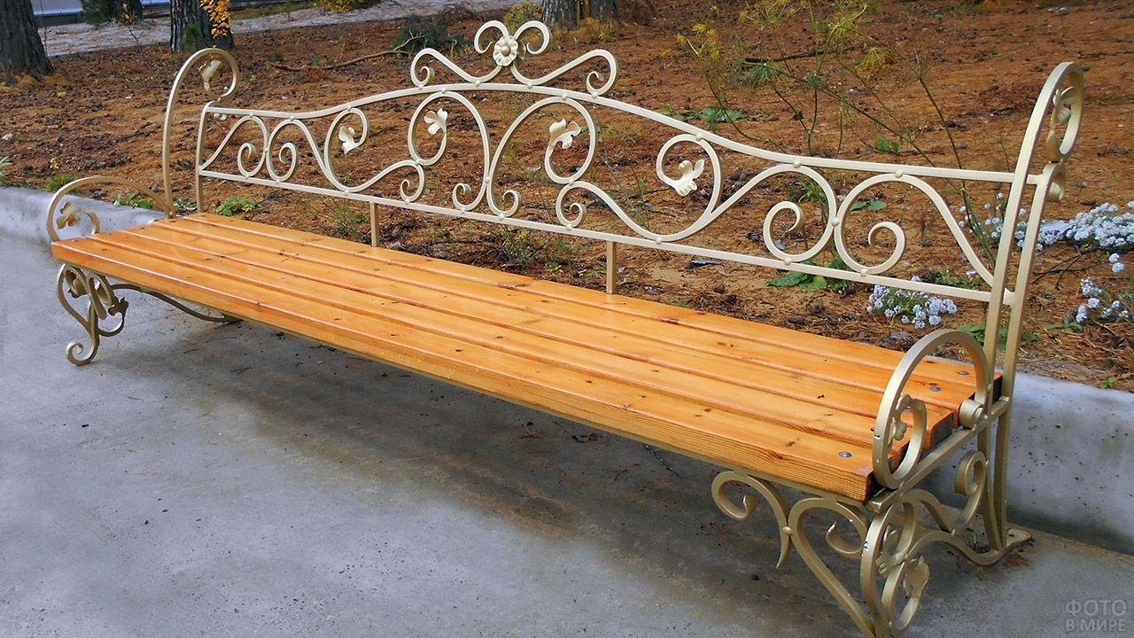 Ажурная кованая скамейка для улицы