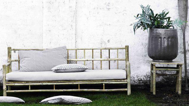 Бамбуковый диван с белыми подушками
