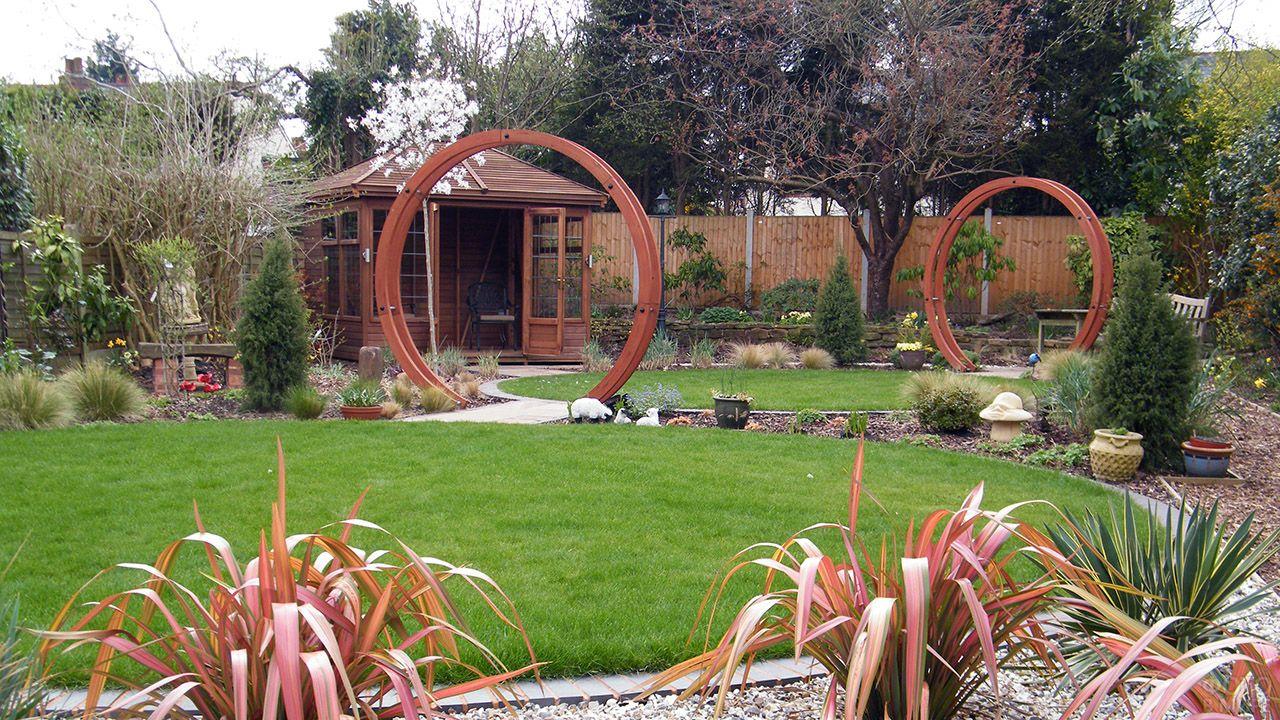 Декоративные арки для лужайки