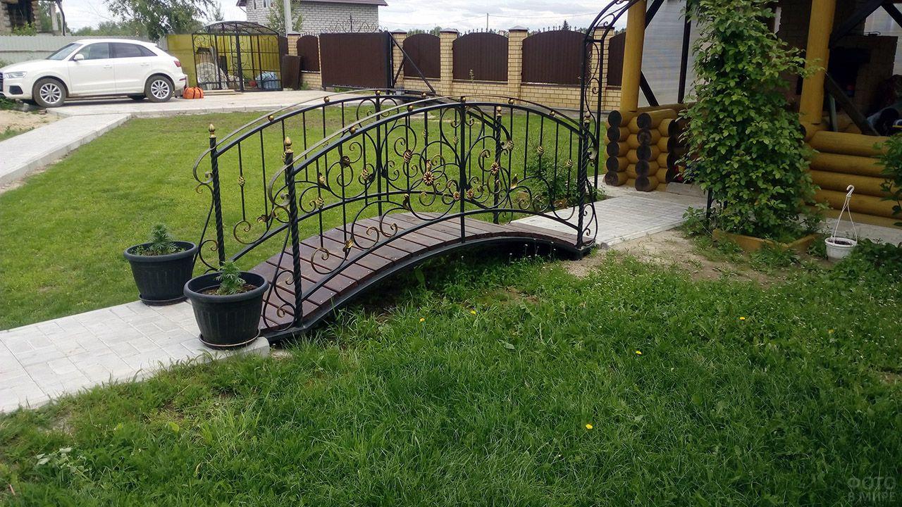 Декоративный кованый мостик для сада