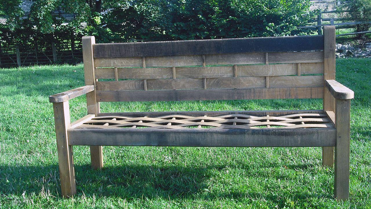 Деревянная скамейка в сельском стиле