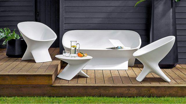 Футуристичная белая мебель для террасы