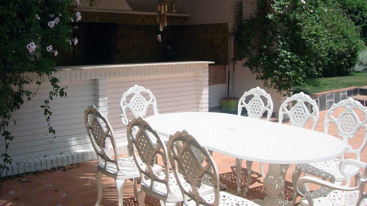 Кованая белая мебель в зоне барбекю