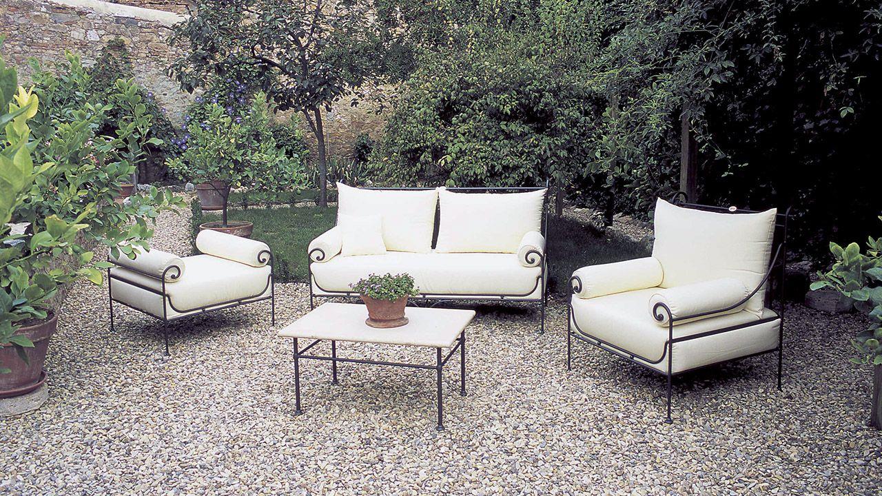 Кованая мягкая мебель в углу сада