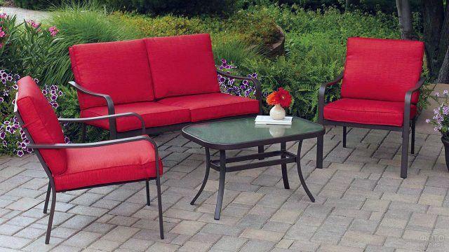 Красный гарнитур для сада