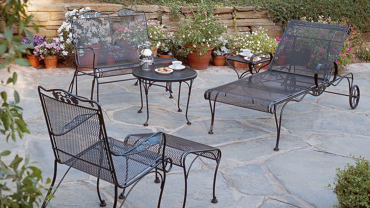 Лёгкая кованая мебель в саду