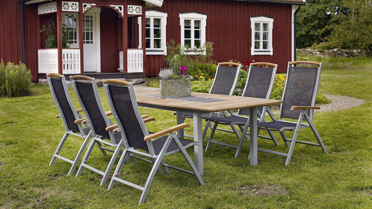 Мебель в стиле hi-tech на лужайке у деревенского дома