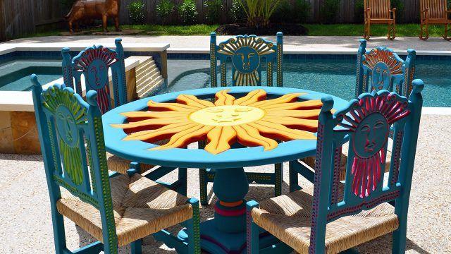 Мексиканская резная мебель у бассейна