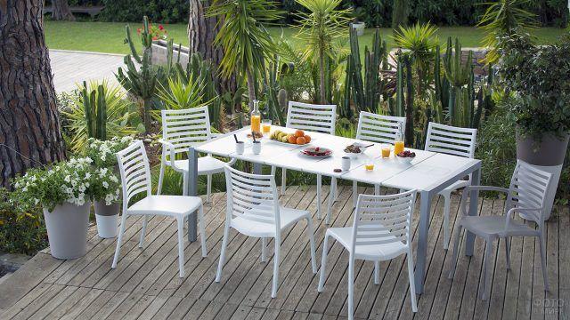 Металлическая белая мебель на тропической веранде