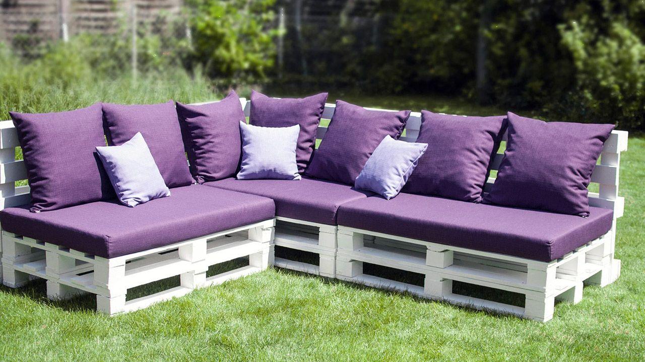 Паллетные диваны с фиолетовой обивкой