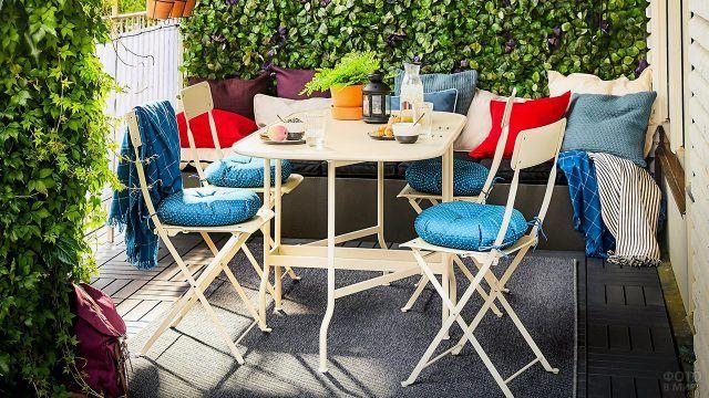 Пёстрый текстиль для светлой типовой мебели