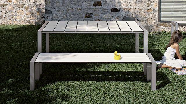 Простой белый стол с лавкой из современных материалов