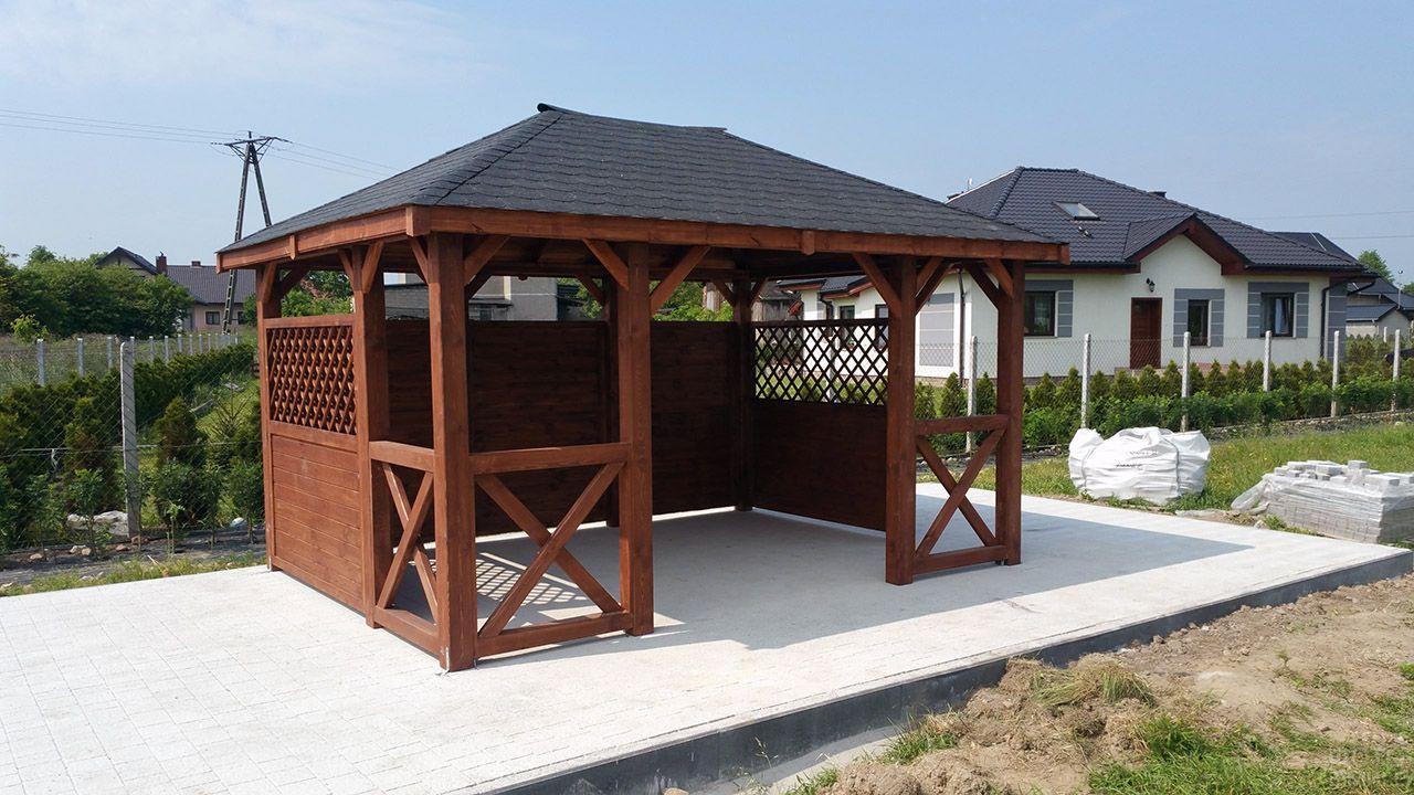 Садовая беседка с черепичной крышей