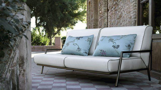 Садовый диван с шёлковыми подушками