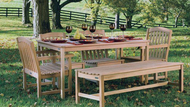 Сервированный обеденный стол в тени сада