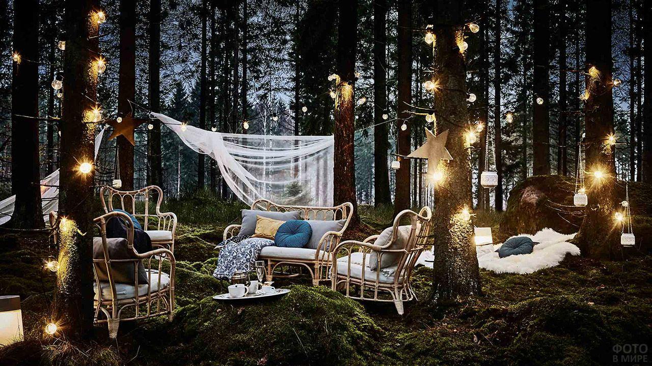 Сказочная диванная зона с огнями среди деревьев