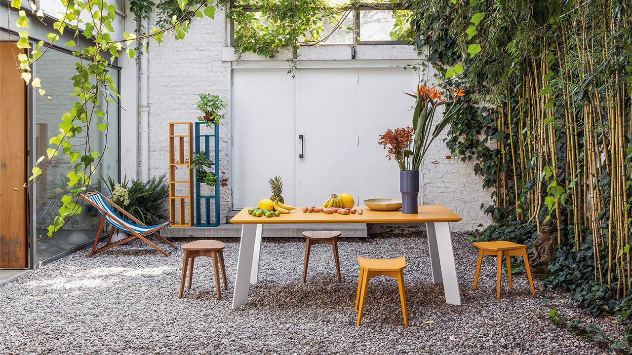Современная мебель для садового дворика