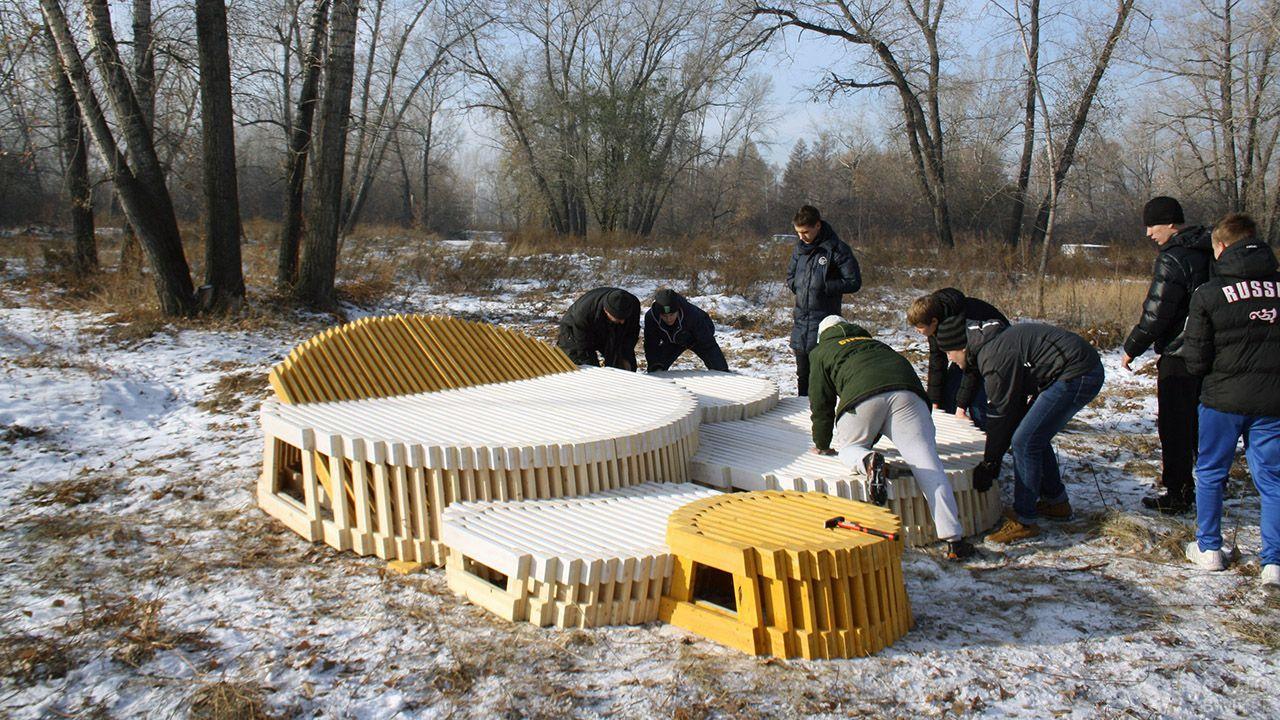 Установка деревянной мебели в зоне барбекю