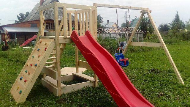 Деревянная детская площадка с качелями и горкой