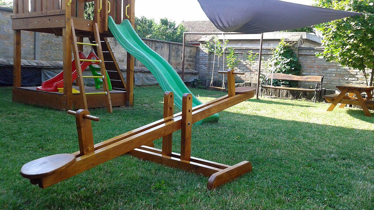 Детская площадка с качелями-весами в саду