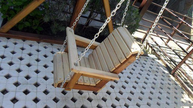 Детское кресло из дерева для уличных качелей
