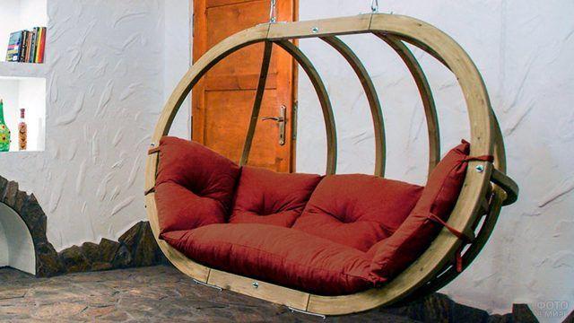 Диван-качели с красными подушками