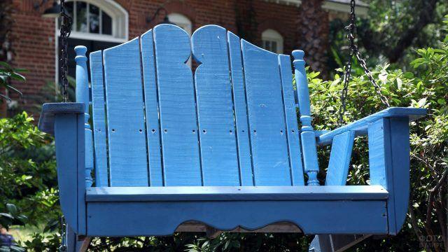 Голубые качели из дерева для одного