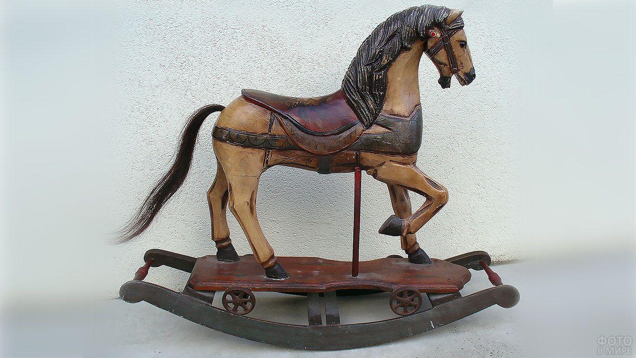 Коллекционная деревянная лошадка-качалка