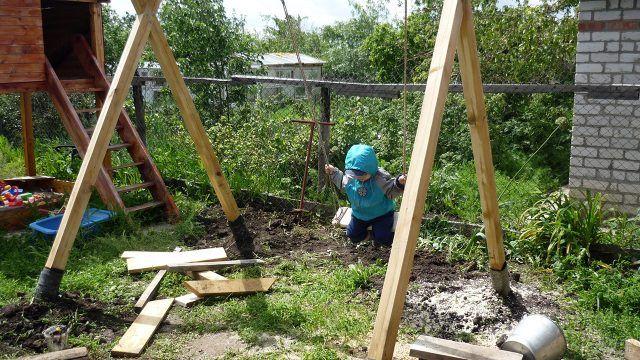 Процесс строительства детских садовых качелей