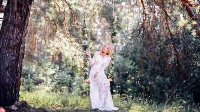 Романтичное фото девушки на качелях под деревом
