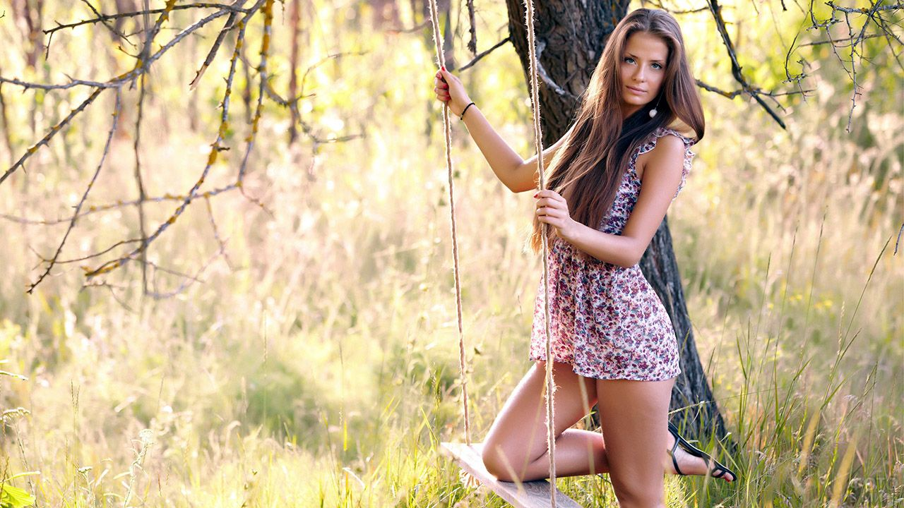 Романтичное фото девушки на лесных качелях