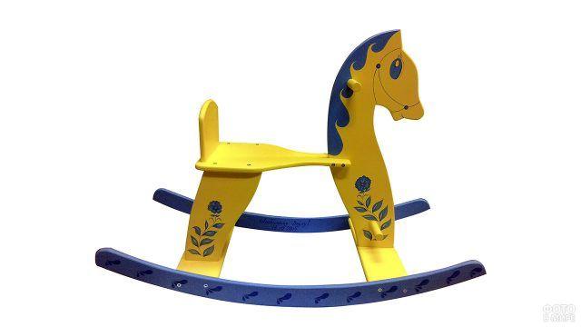 Росписная лошадка-качалка с голубыми цветами