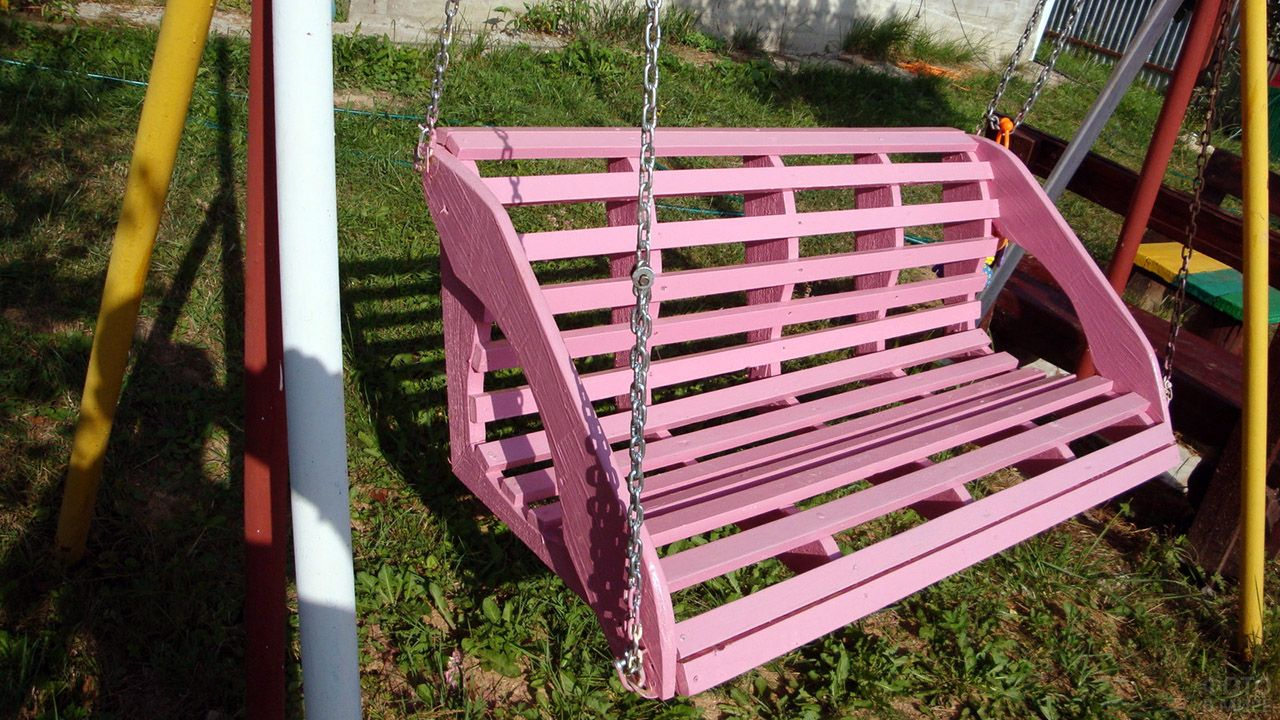 Розовые дачные качели из дерева