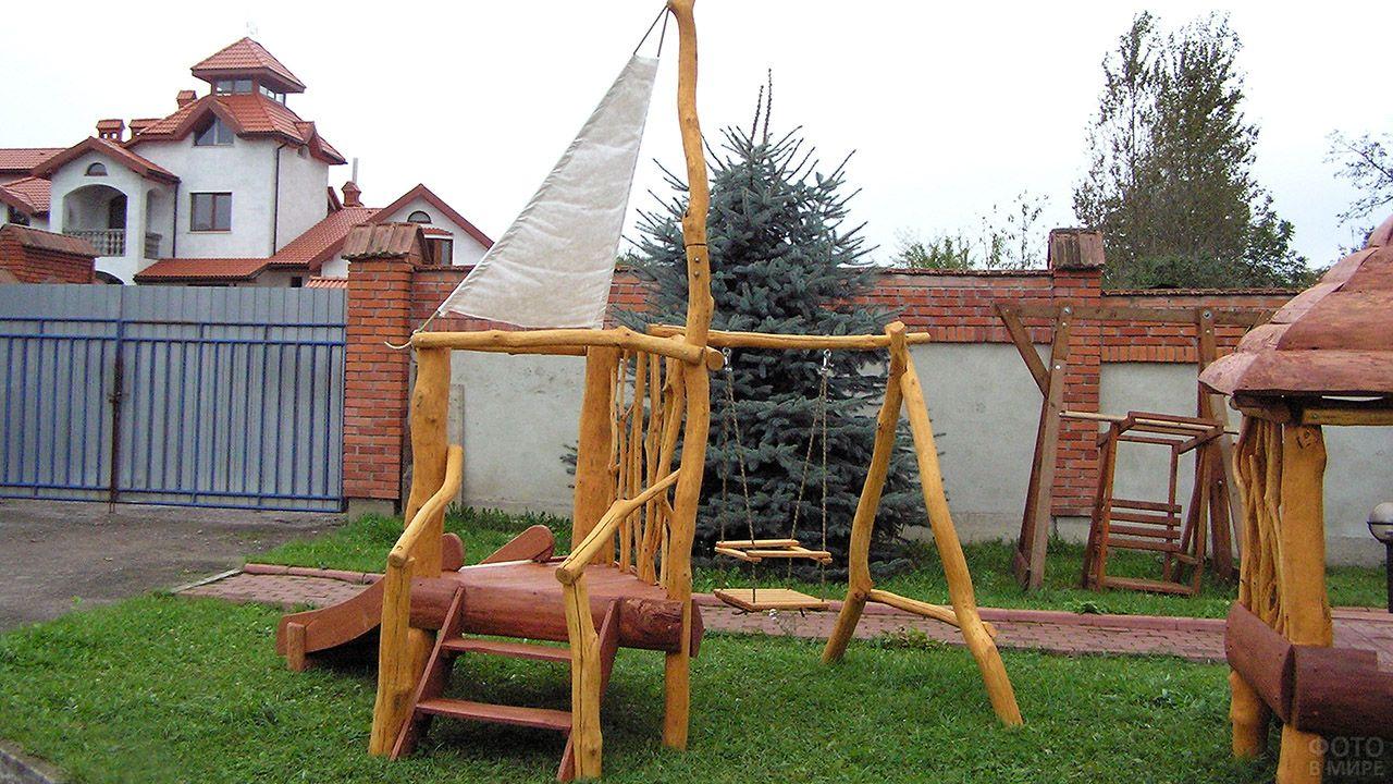 Самодельная деревянная детская площадка с качелями