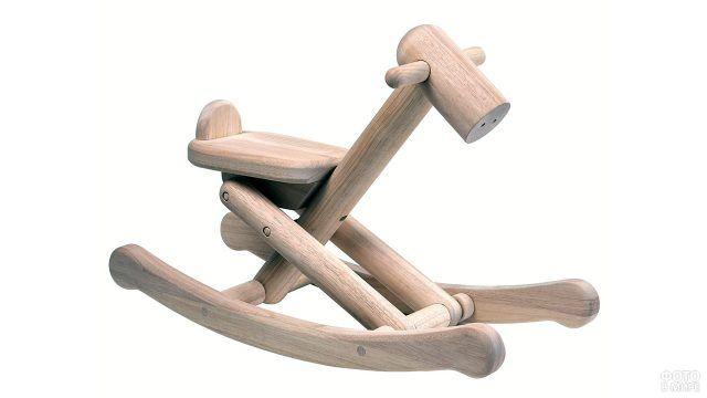 Стилизованная лошадка-качалка из брёвен